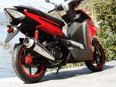 """Скутер Omaks Ardour 50cc новейший скутер 2011 года с ярким агрессивным дизайном и большими 13"""" колесами на крашеных в цвет корпуса литых дисках. Укомплектован мощным 3-х клапанным двигателем 2011 года развивающему 6.5 кВт - очень большая мощность для скутера 49.9 куб/см. Не требует регистрации в ГАИ."""