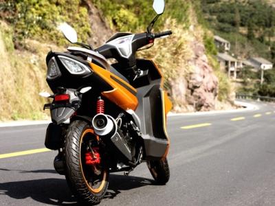 Большой красивый скутер дизайна 2011 года. Мощный трехклапанный двигатель развивающий 6.5 кВт, усиленные тормоза с вентилируемыми тормозными дисками и упругая подвеска нацеленная на спортивную езду. В комплекте со скутером сигнализация с дистанционным запуском.